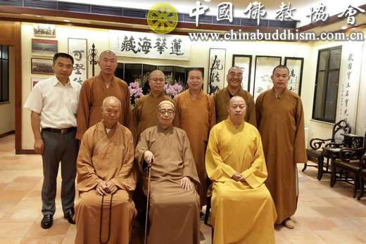 6、6月6日傍晚,大陆新戒护送团一行拜访香港佛教联合会会长智慧长老