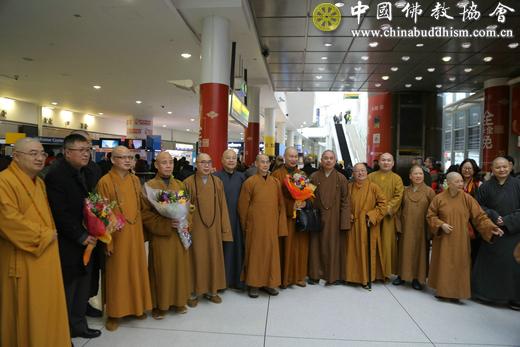 1、纽约佛教界代表在机场迎接中国佛教代表团一行.jpg