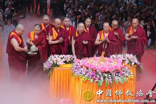 05 胡雪峰副会长带领藏传佛教法师诵经.JPG