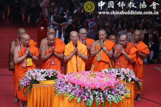 06 祜巴提卡达希法师带领南传佛教法师诵经.JPG
