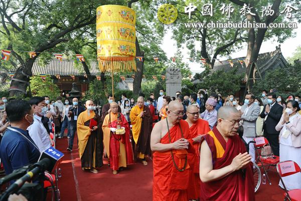 02 中国佛教协会会长演觉法师、副会长帕松列龙庄勐长老、副会长胡雪峰喇嘛迎请释迦太子圣像.png