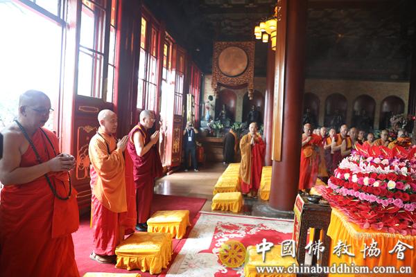 05 演觉会长、帕松列龙庄勐副会长、胡雪峰副会长共同为浴佛法会主法.png
